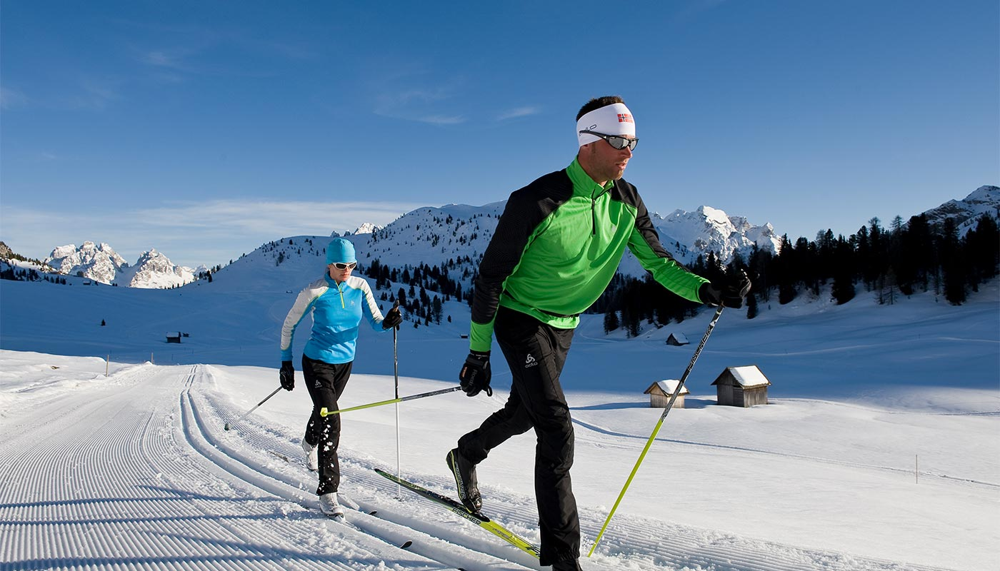 Two cross-country skiers on a hike around Hotel Gratschwirt