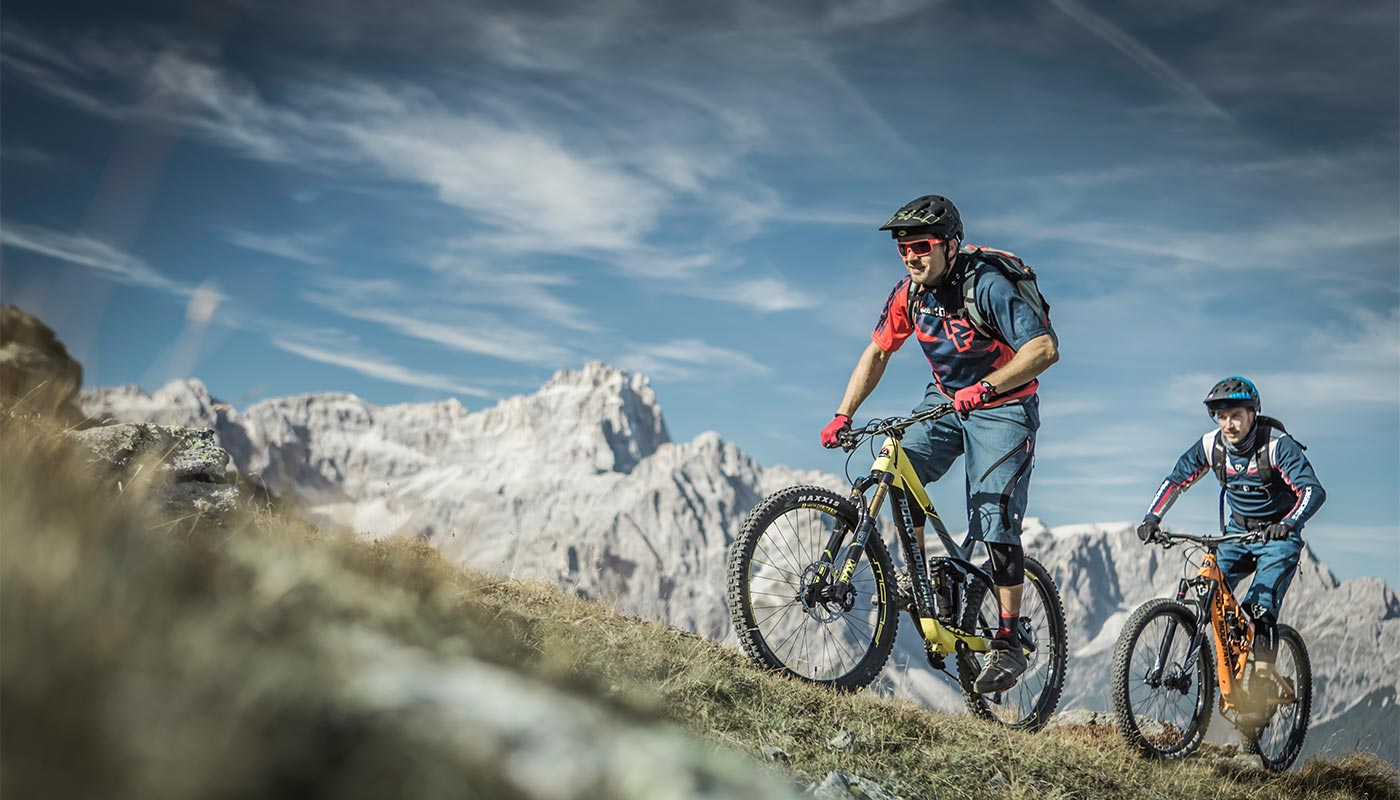 Two young people take a mountain bike tour in Val Pusteria